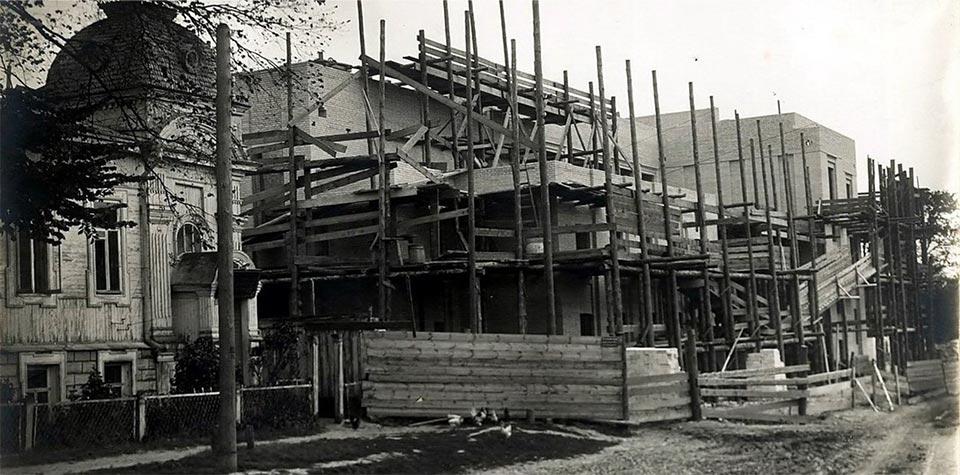 Строительство Дома Советов со стороны ул. Ленина (сегодня ул. Фокина), август 1925 г. Слева особняк Балухтина. Фото из архива.