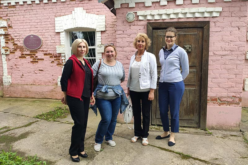 Волостная управа села Овстуг продолжает принимать гостей.